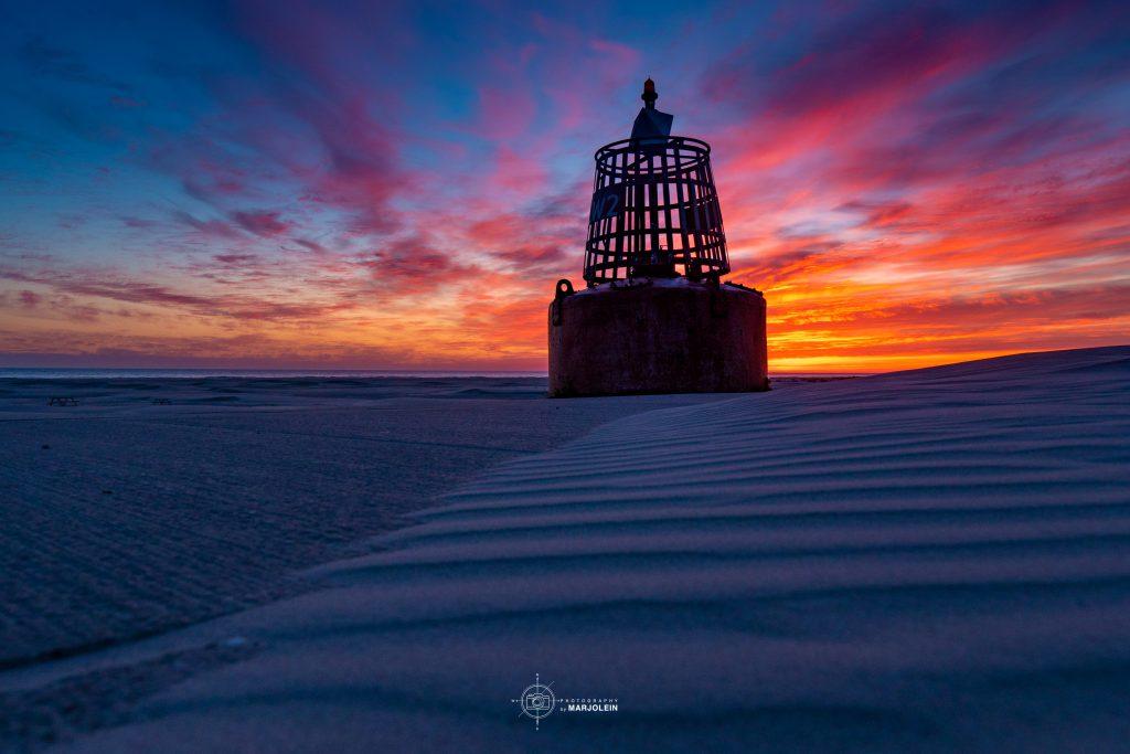 ©MarjoleinvRoosmalen + LOGO Strand Terschelling De boei met een prachtige zonsopkomst Groot