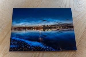 Zeevonk en lichtende nachtwolken bij de Kom op West plus Brandaris © Photography by Marjolein Terschelling ansichtkaart